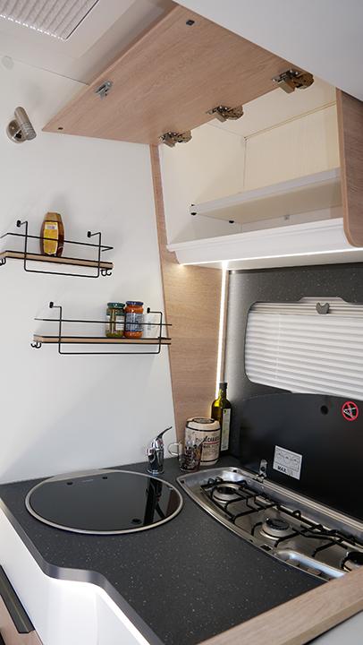 Wohnmobil kaufen neu Mooveo TEI 74EBH Kueche mit Gewuerzablagen