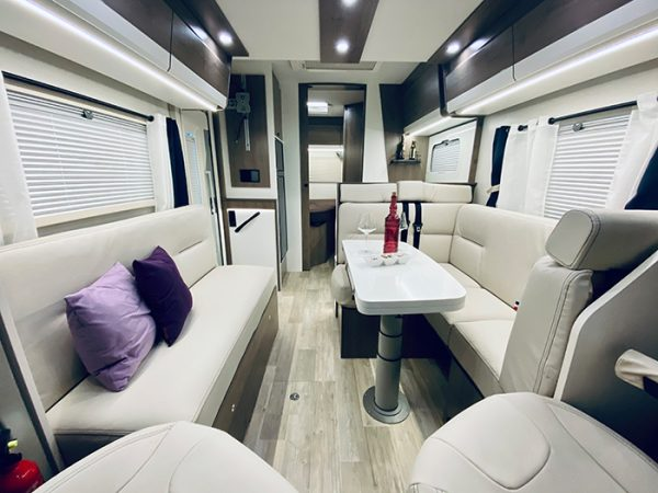 Wohnmobil 71FBH Dinette-Ansicht 1