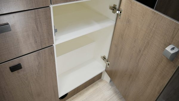 Wohnmobil Mooveo TEI-60FB Küche Schränke offen