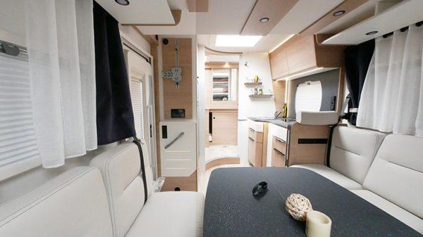 Wohnmobil neu Mooveo TEI 70DH Ansicht Wohnbereich 2