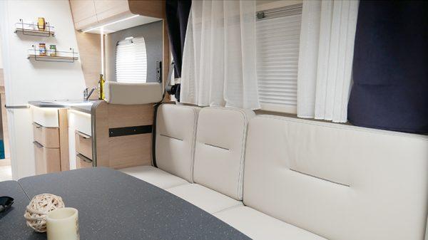 Wohnmobil neu Mooveo TEI 70DH Ansicht Wohnbereich mit Kueche