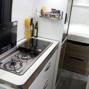 Kastenwagen Mooveo Van 63DBL - geräumige Küche Spüle und Kochfelder mit jeweils einer Abdeckung