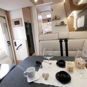 Wohnmobil kaufen neu Mooveo TEI 74EBH Essbereich mit Deko