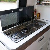 Wohnmobil-kaufen-neu_Mooveo-Van-63EB_Küche-02-_2021_min