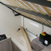 Wohnmobil Mooveo TEI-60FB Schlafbereich Bett hochgeklappt Stauraum