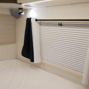 Wohnmobil Mooveo TEI-60FB Fenster im Schlafbereich